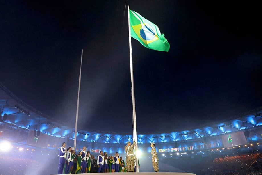 Bandeira do Brasil é hasteada duranye a cerimônia de abertura dos Jogos Olímpicos Rio 2016, no estádio do Maracanã