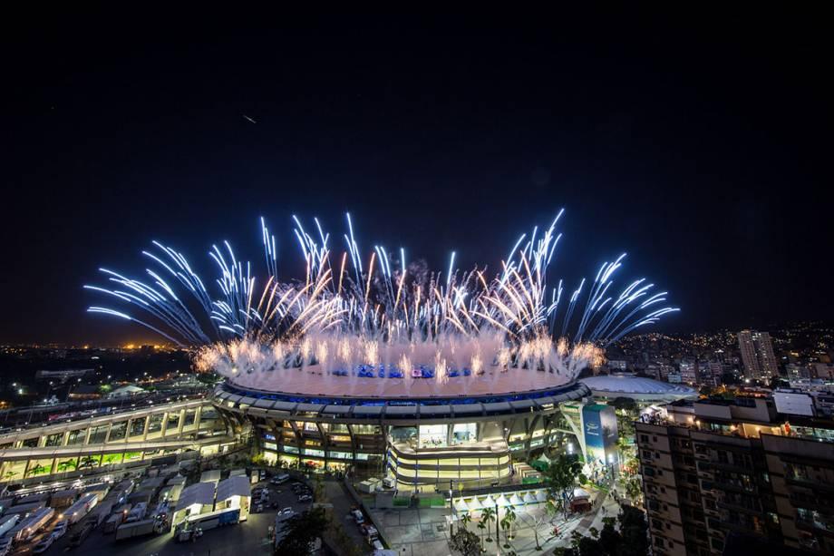 Fogos de artifício durante a cerimônia de abertura dos Jogos Olímpicos Rio 2016, no estádio do Maracanã