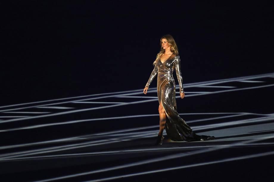 A modelo Gisele Bündchen desfila no estádio do Maracanã durante a cerimônia de abertura dos Jogos Olímpicos Rio 2016
