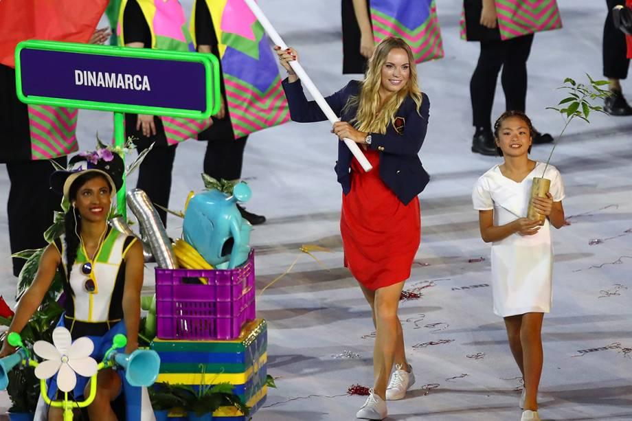 A tenista Caroline Wozniacki leva a bandeira da Dinamarca durante a cerimônia de abertura dos Jogos Olímpicos Rio 2016, no estádio do Maracanã