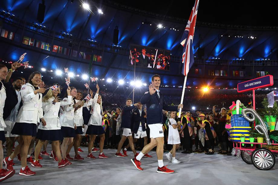 RIO DE JANEIRO, BRAZIL - AUGUST 05:  Andy Murray of Great Britain carries the flag during the Opening Ceremony of the Rio 2016 Olympic Games at Maracana Stadium on August 5, 2016 in Rio de Janeiro, Brazil.  (Photo by Cameron Spencer/Getty Images)