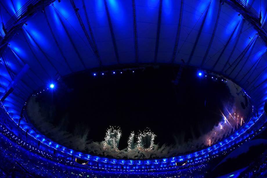 Fogos de artifício criam a palavra 'Rio', durante a cerimônia de abertura dos Jogos Olímpicos Rio-2016, realizada no Estádio do Maracanã - 05/08/2016