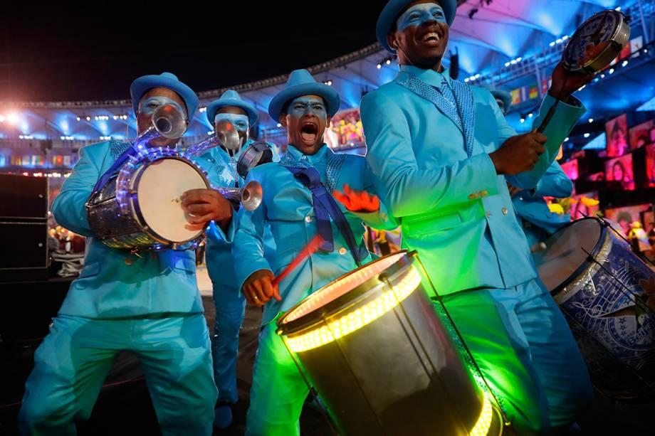 Ritmistas se apresentam durante a a cerimônia de abertura dos Jogos Olímpicos Rio 2016, no estádio do Maracanã