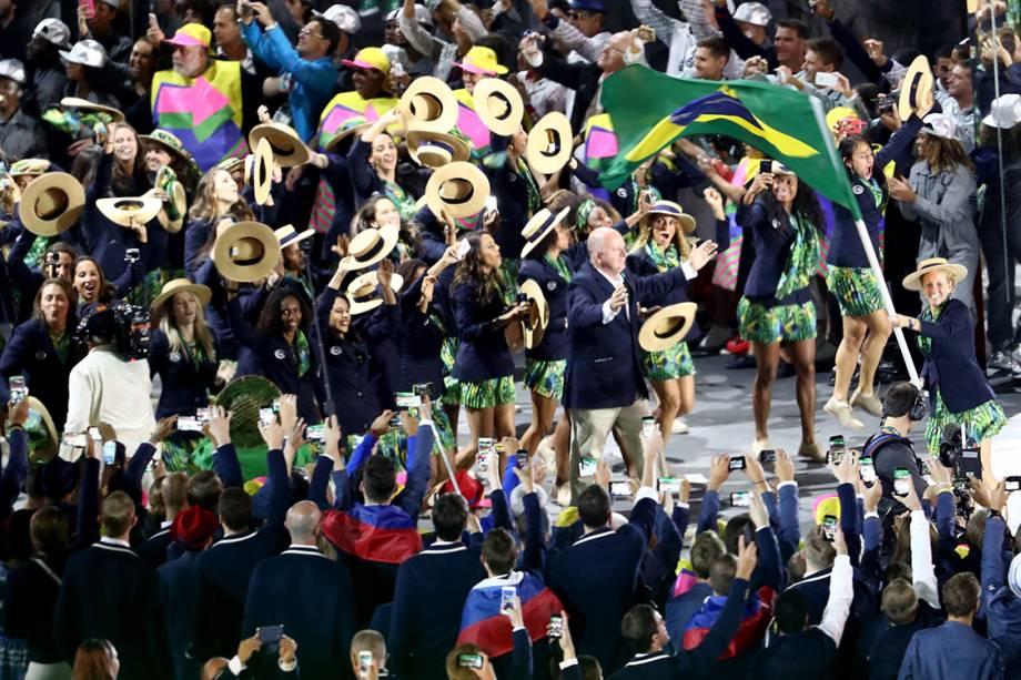 Delegação brasileira entra com a atleta Yane Marques carregando a bandeira durante a  cerimônia de abertura dos Jogos Olímpicos Rio 2016, no estádio do Maracanã