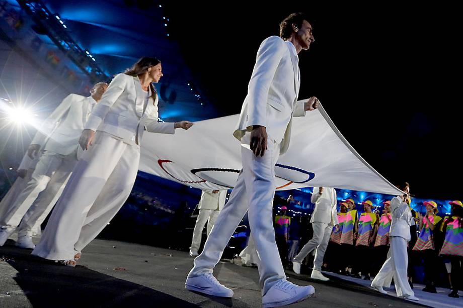 Os atletas brasileiros Oscar Schmidt, Joaquim Cruz, Rosa Celia Pimental, Torben Grael, e Emanuel Rego seguram a bandeira olímpica