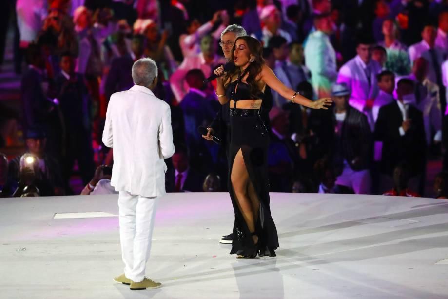Os cantores Gilberto Gil, Anitta e Caetano Veloso durante a cerimônia de abertura dos Jogos Olímpicos Rio 2016, no estádio do Maracanã