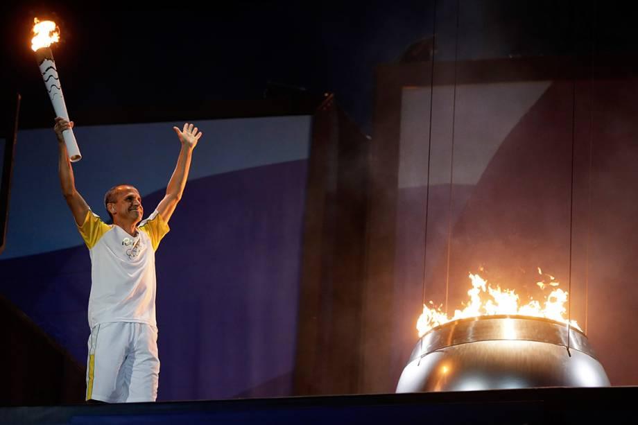 o ex-maratonista Vanderlei Cordeiro de Lima acende a pira olímpica no Maracanã