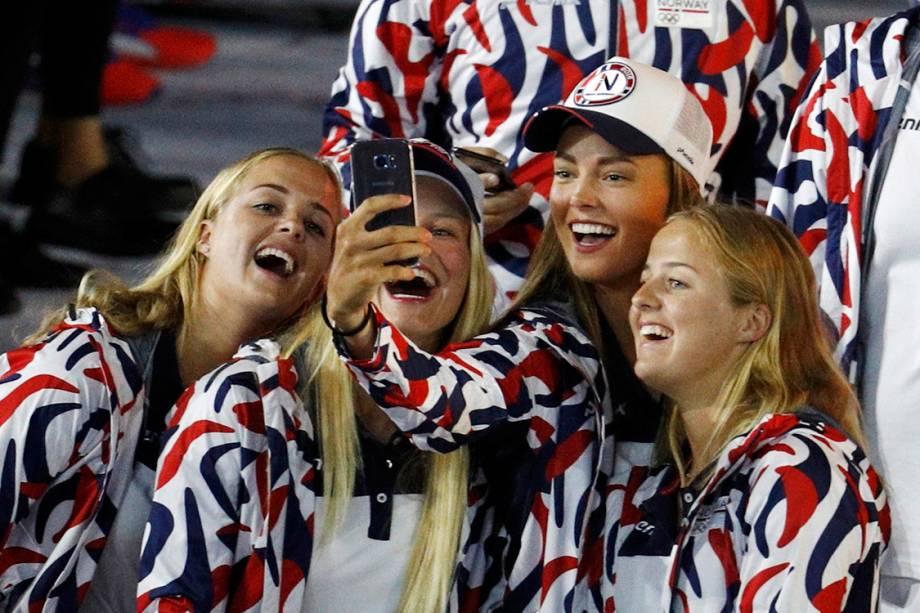 Atletas norueguesas tiram selfie durante a cerimônia de abertura dos Jogos Olímpicos Rio 2016, no estádio do Maracanã
