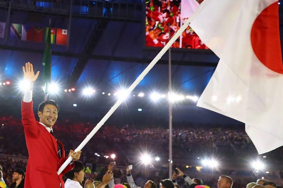 O atleta Kiesuke Ushiro carrega a bandeira do Japão durante a cerimônia de abertura dos Jogos Olímpicos Rio 2016, no estádio do Maracanã