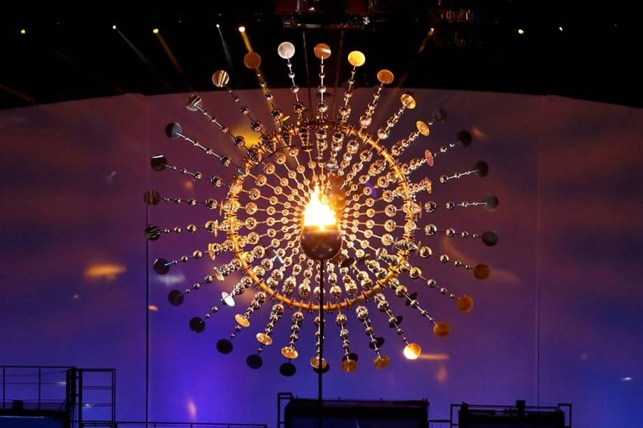 A pira olímpica é erguida durante a cerimônia de abertura dos Jogos Olímpicos Rio 2016, no estádio do Maracanã