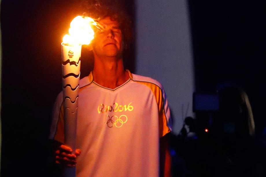 Gustavo Kuerten, o Guga, carrega a tocha com a chama olímpica dos Jogos Olímpicos Rio 2016, no estádio do Maracanã