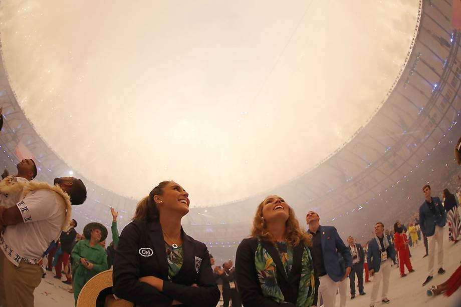 Atletas assistem aos fogos de artifício durante a cerimônia de abertura dos Jogos Olímpicos Rio 2016, no estádio do Maracanã