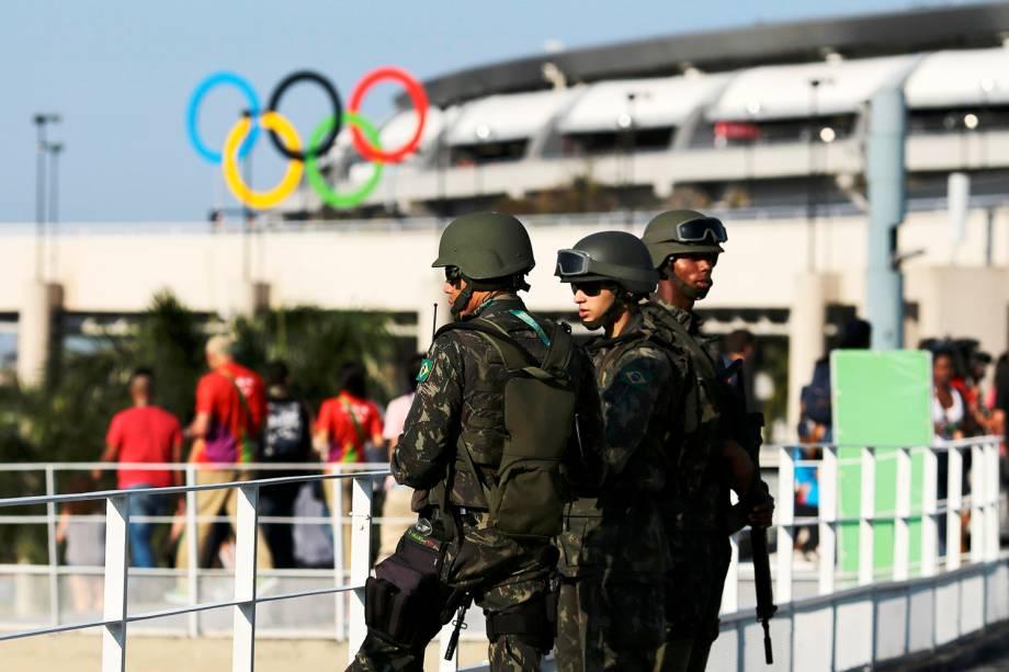 Soldados realizam patrulha próximo ao Estádio do Maracanã, no Rio de Janeiro (RJ), antes da abertura dos Jogos Olímpicos Rio-2016 - 05/08/2016