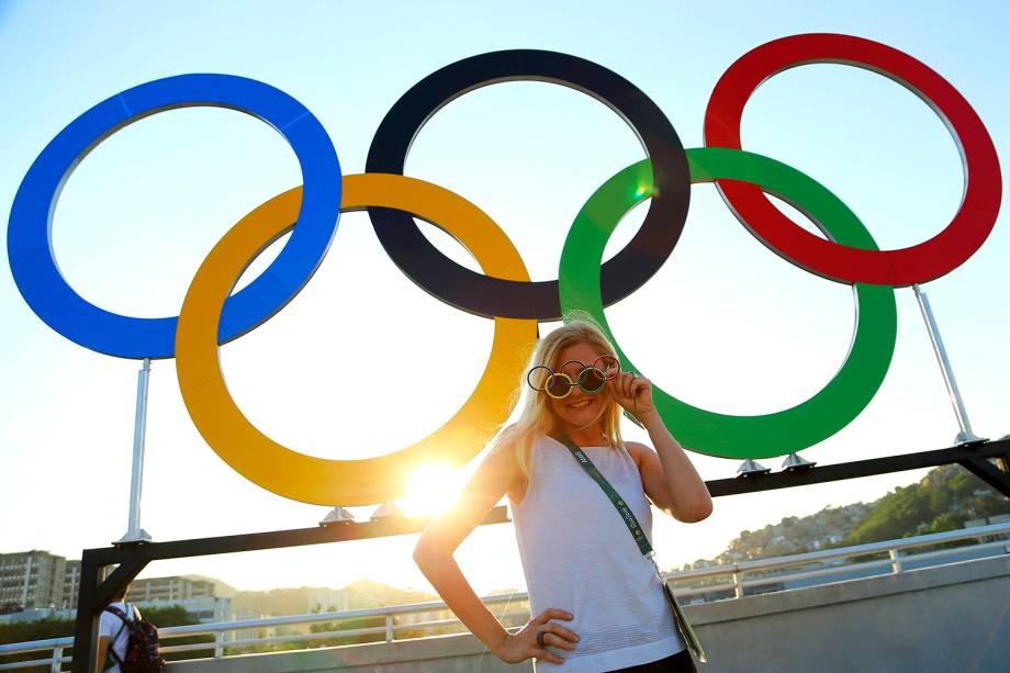 Mulher posa para foto, próximo aos arcos olímpicos, antes da cerimônia de abertura dos Jogos Olímpicos Rio-2016, realizada no Estádio do Maracanã - 05/08/2016