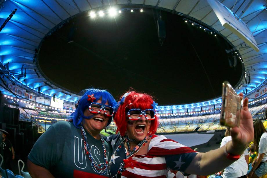 Torcedoras americanas tiram selfie, antes do início da cerimônia de abertura dos Jogos Olímpicos Rio-2016, realizada no Estádio do Maracanã - 05/08/2016