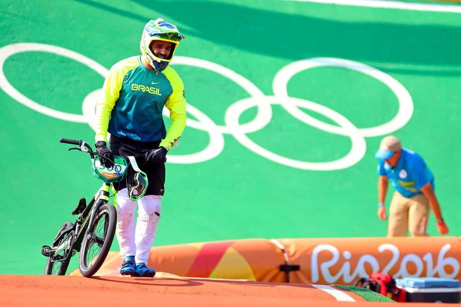 O brasileiro Renato Rezende abandona prova durante as quartas-de-final do ciclismo BMX, após colidir com o holandês Niekk Kiemmann - 18/08/2016