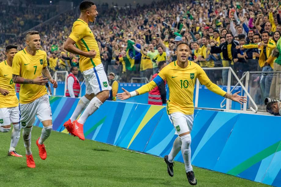 O jogador Neymar comemora após fazer gol de falta durante partida entre Brasil e Colômbia, válida pelas quartas-de-final do torneio olímpico de futebol masculino, na Arena Corinthians, em São Paulo (SP) - 13/08/2016
