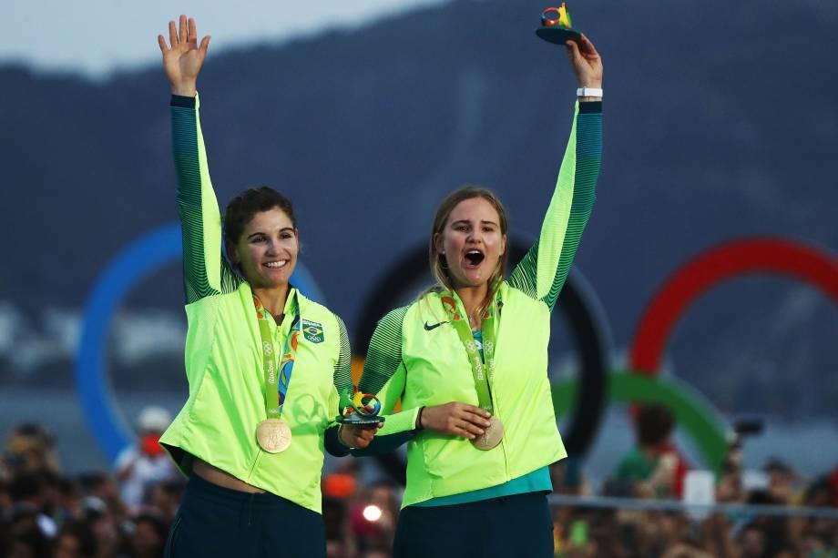 As brasileiras Martine Grael e Kahena Kunze conquistam a medalha de ouro na classe 49er FX da vela, na Baía de Guababara, no Rio de Janeiro - 18/08/2016