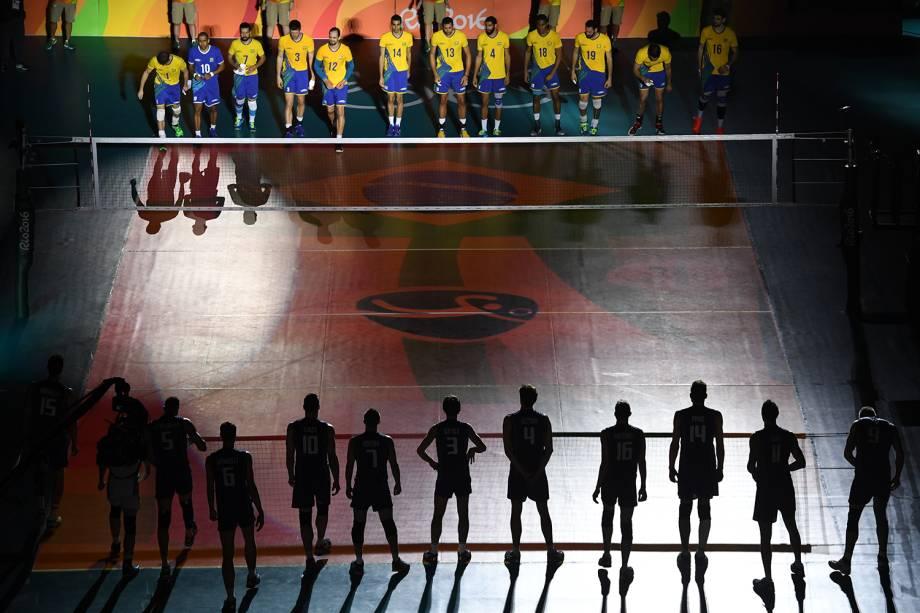 Jogadores antes da partida entre Brasil e Itália, válida pela disputa da medalha de ouro, realizada no Maracanãzinho - 21/08/2016