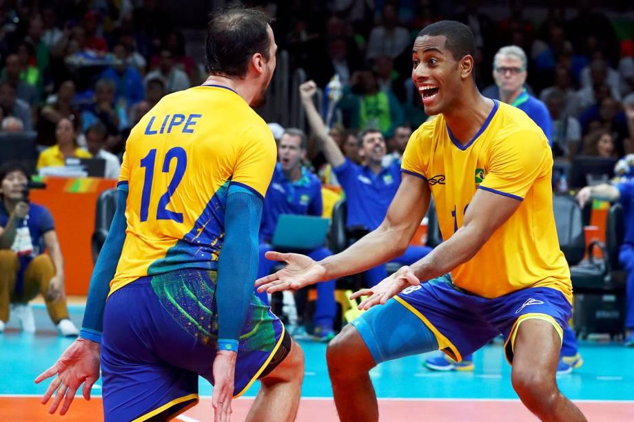 Os jogadores Lipe e Lucarelli comemoram ponto durante partida entre Brasil e Itália, válida pela disputa da medalha de ouro no vôlei masculino, realizada no Maracanãzinho - 21/08/2016