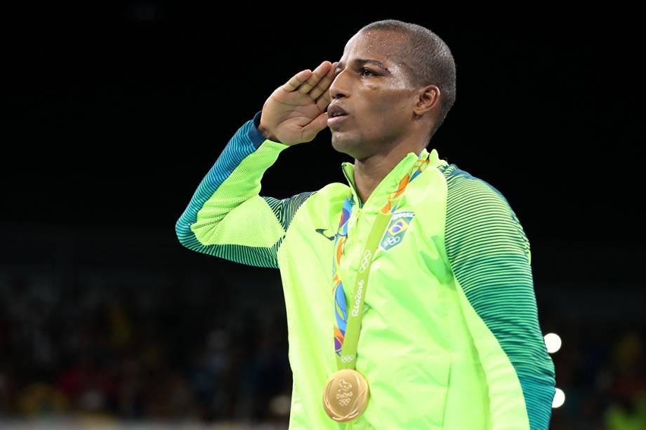 O pugilista Robson Conceição presta continência após conquistar a medalha de ouro na Rio 2016