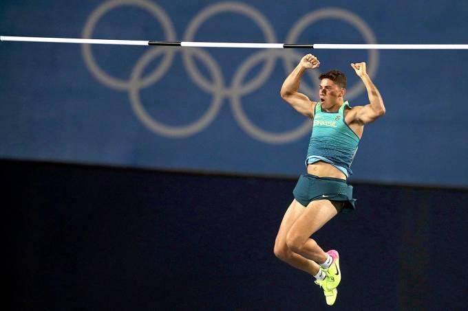 O brasileiro Thiago Braz da Silva comemora após passar sobre o sarrafo no salto com vara, nas Olimpíadas Rio 2016