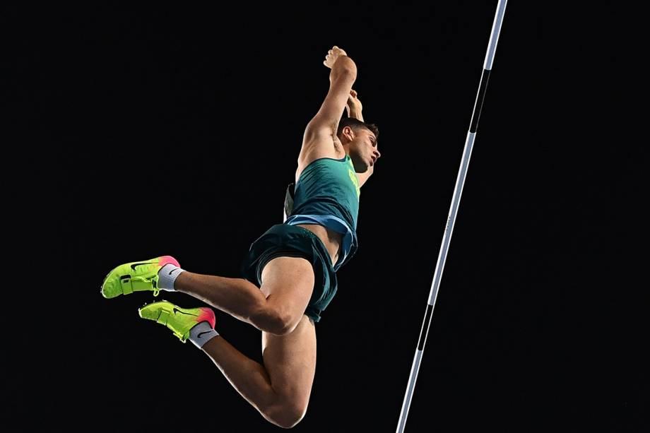 O brasileiro Thiago Braz da Silva passa sobre o sarrafo no salto com vara, nas Olimpíadas Rio 2016