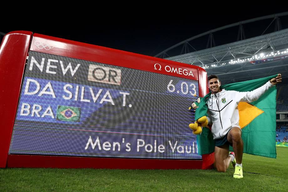 Thiago Braz posa ao lado de sua marca no salto com vara, após conquistar a medalha de ouro e bater o recorde olímpico