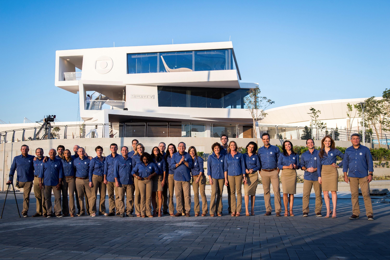 Equipe de narradores, repórteres, apresentadores e comentaristas se reúnem na frente do Estúdio da Globo, no Parque Olímpico
