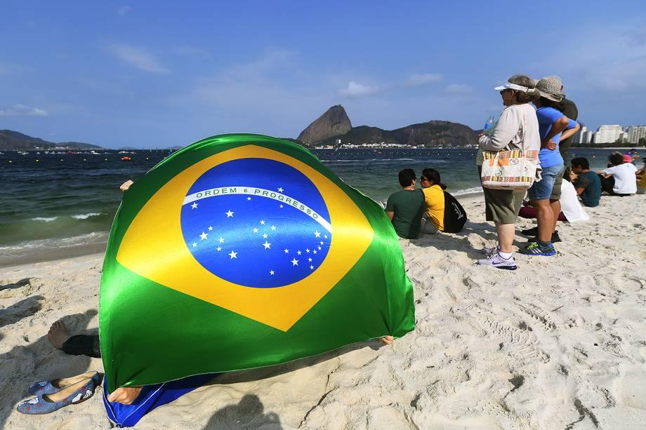Torcedores acompanham a prova de vela na Baía de Guanabara nos Jogos Olímpicos Rio 2016