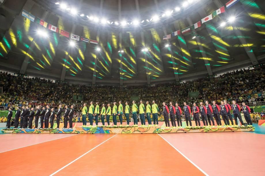 Seleções de Brasil, Itália e Estados Unidos na premiação do vôlei masculino no Maracanãzinho