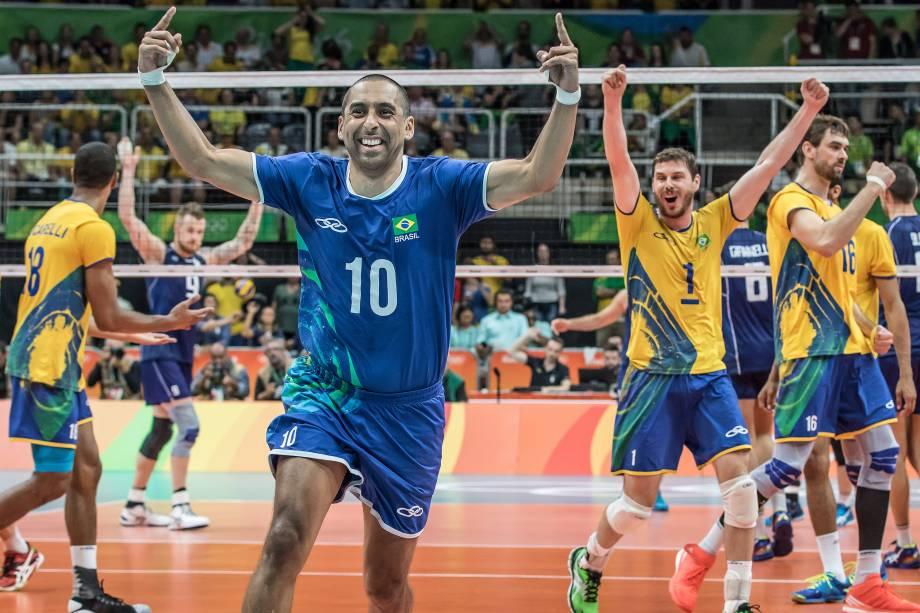Jogadores da seleção brasileira de vôlei comemoram a conquista da medalha de ouro após vitória sobre a Itália