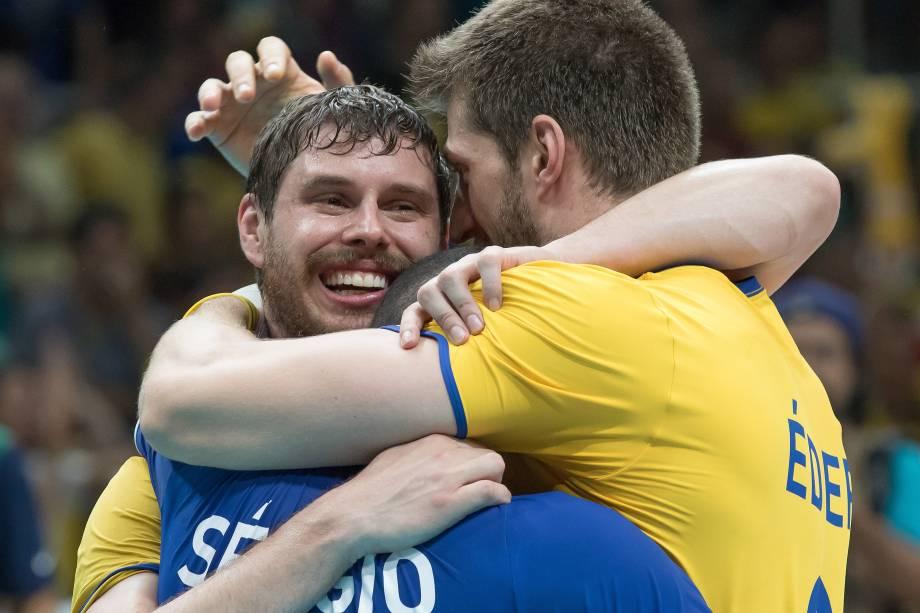Bruno, Serginho e Éder comemoram a conquista da medalha após vitória sobre a Itália no Maracanãzinho