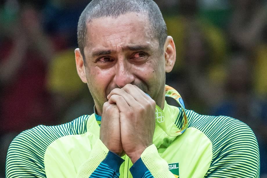O líbero Serginho se emociona após conquista da medalha de ouro seleção masculina de vôlei na Rio-2016