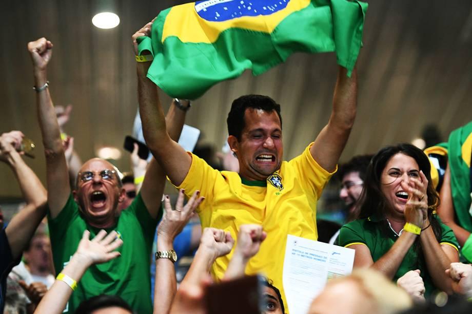 Torcida brasileira comemora medalha de prata de Felipe Wu