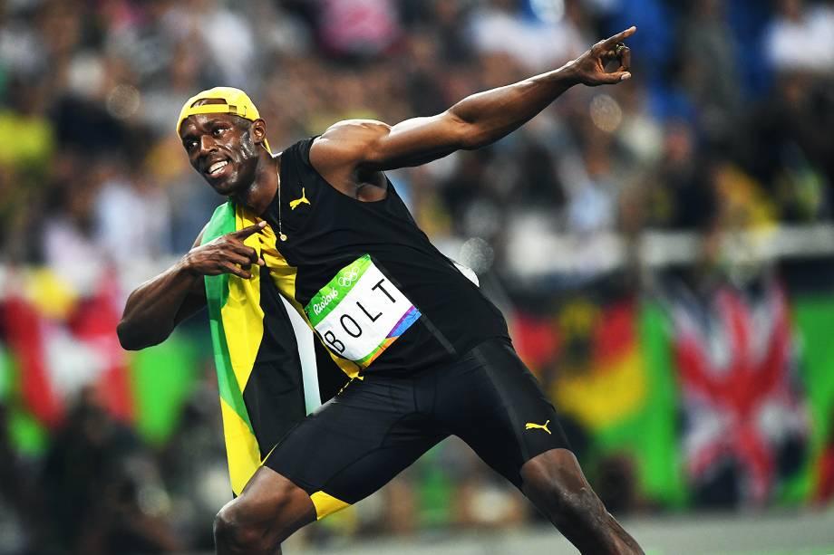 Usain Bolt faz o famoso raio para o público que lotou o Engenhão para assistir à conquista do tri olímpico do jamaicano nos 100m rasos