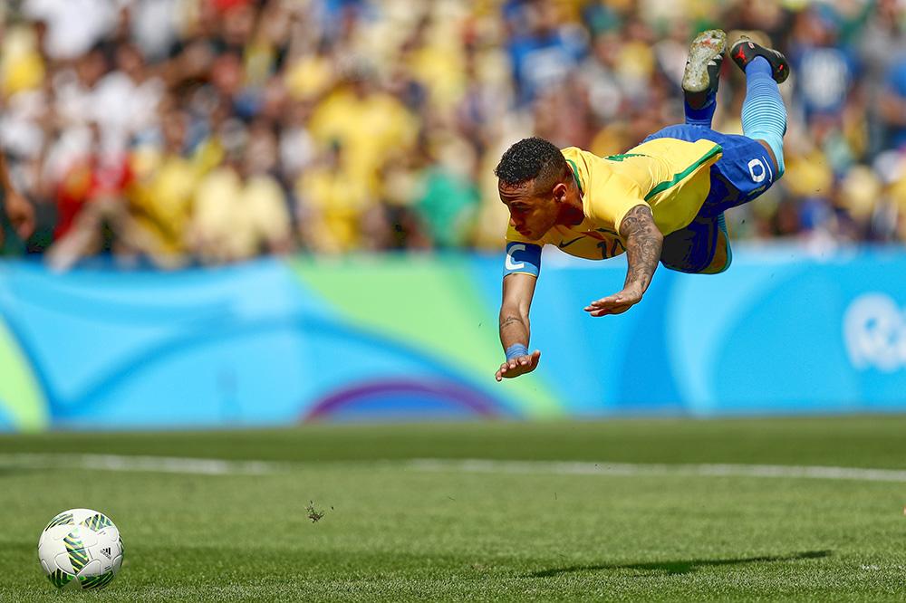 Neymar vai ao chão após marcar o primeiro gol do Brasil contra Honduras