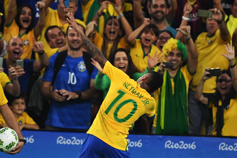 Neymar faz gesto para Usain Bolt após marcar gol de de falta sobre a Alemanha, na final do futebol masculino nas Olimpíadas Rio 2016