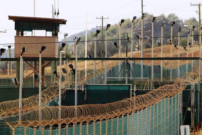 Vista do exterior da prisão da base naval dos Estados Unidos na Baía de Guantánamo, em Cuba