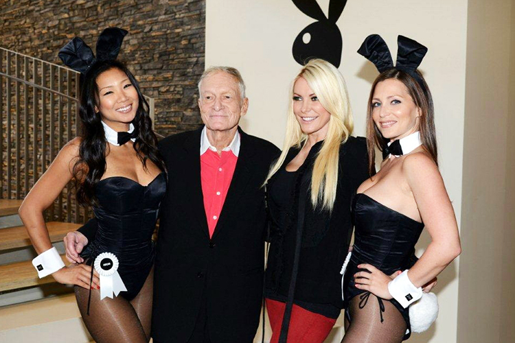 O fundador da revista Playboy,  Hugh Hefner, e suas coelhinhas