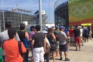 Gigantescas filas em busca de uma cerveja no centro de tênis