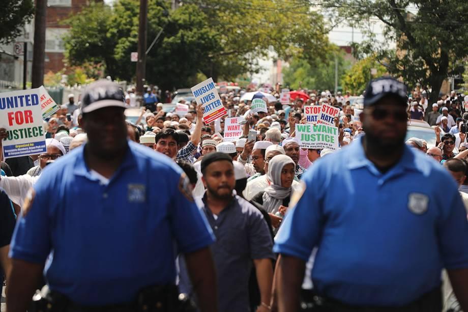 Centenas de pessoas protestam e pedem por justiça após dois muçulmanos serem assassinados no bairro do Queens, em Nova York