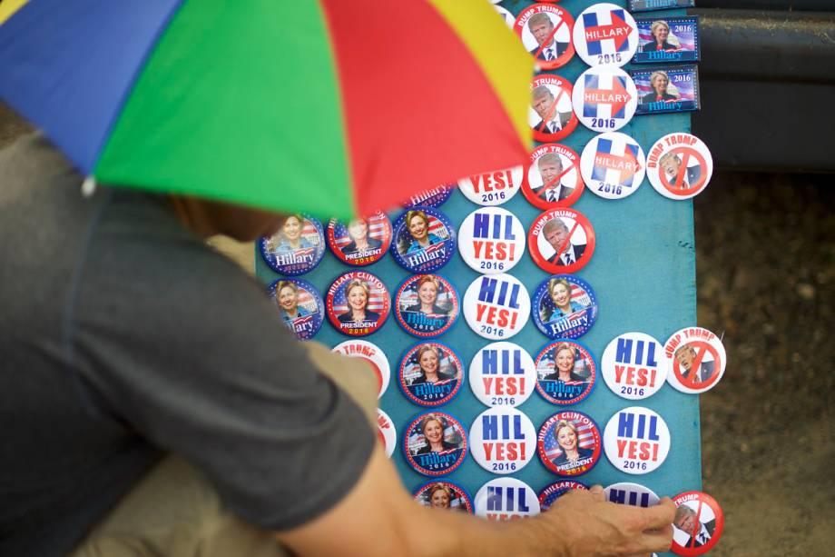 Broches da candidata à Presidência dos Estados Unidos, Hillary Clinton, são vendidos antes da reunião da presidenciável com o vice-presidente, Joe Biden, na Pensilvânia