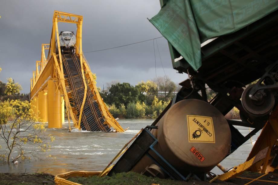 Vagões de um trem de carga são vistos no rio Tolten após o desabamendo de uma ponte na vila Pitrufquen, no sul do Chile - 18/08/2016