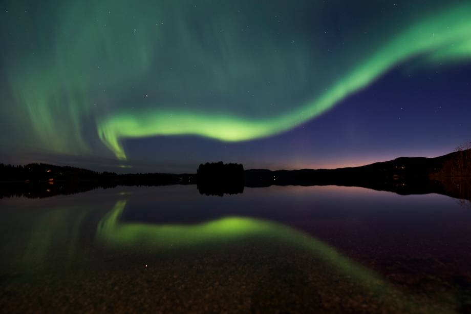 Aurora boreal ilumina o céu noturno na vila de Erikslund no condado de Västernorrland, na Suécia - 23/08/2016