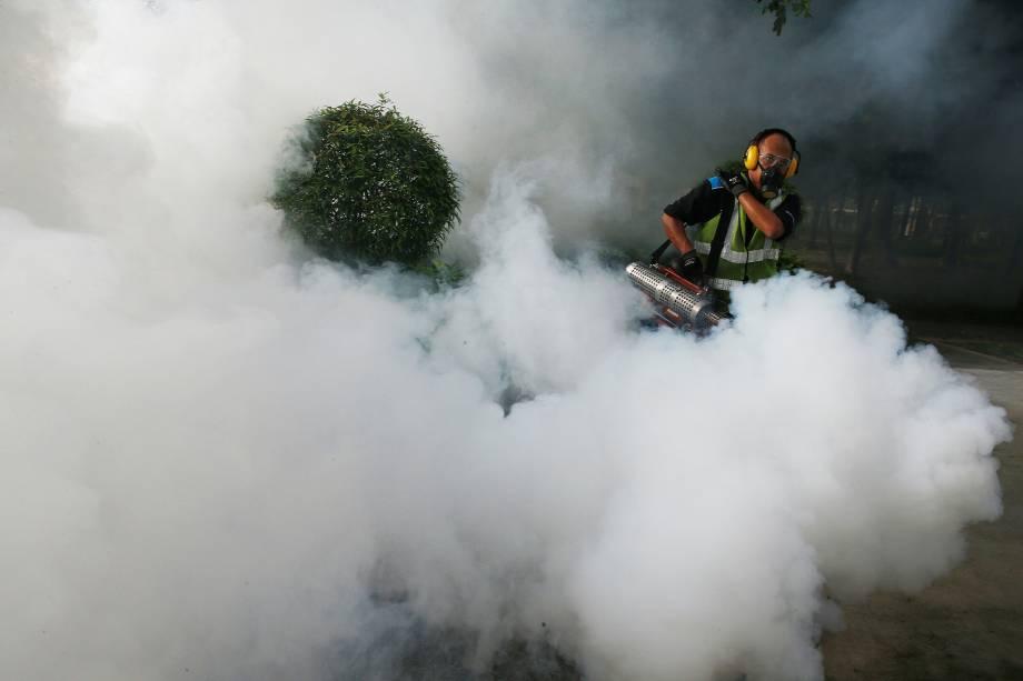 Equipes de prevenção usam fumaça inseticida para combater o mosquito transmissor do zika vírus em um conjunto habitacional em Singapura - 31/08/2016