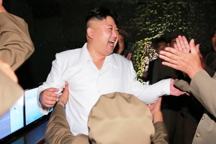 O líder norte-coreano Kim Jong Un, comemora lançamento de míssil, durante testes na capital Pyongyang - 25/08/2016