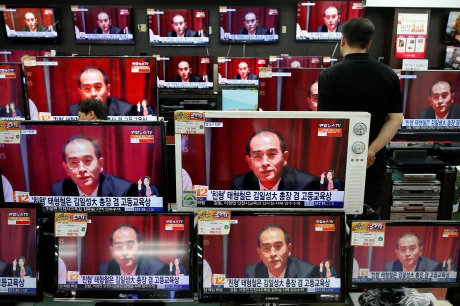 Televisores de uma loja em Seul, exibem reportagem sobre Thae Yong Ho, vice-embaixador da Coreia do Norte, em Londres, que desertou com sua família para a Coreia do Sul - 18/08/2016