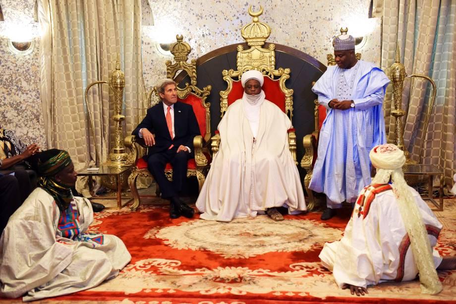 O secretário de estado americano John Kerry (esq), durante encontro com o sultão de Sokoto, na Nigéria. Kerry parabenizou os nigerianos pela luta contra o grupo radical islâmico Boko Haram - 23/08/2016
