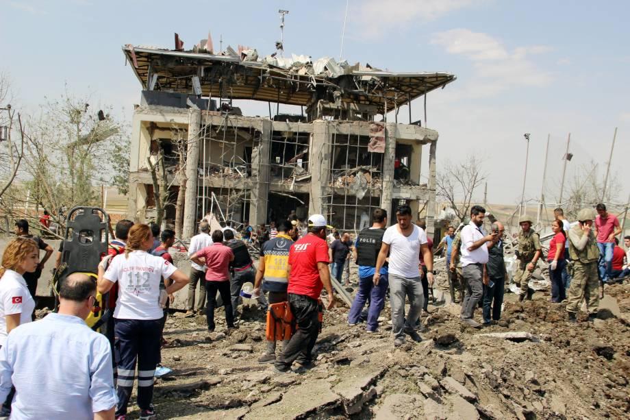 Soldados, médicos e voluntários trabalham no local onde um carro bomba explodiu na Turquia, deixando três mortos próximo à cidade de Diyabakir - 15/08/2016
